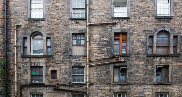Edinburgh tenement windows.png